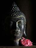 Buddha-Kopf mit Blume Lizenzfreies Stockbild
