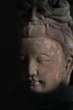 Buddha-Kopfstatue im Schatten Lizenzfreie Stockbilder