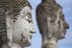 Buddha lapida le teste con cielo blu nei precedenti immagine stock libera da diritti
