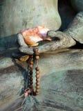 Buddha: mano con los granos del mala Fotos de archivo