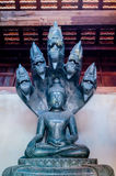 Buddha med hövdad kobra fem på Wat Chedi Luang Arkivbilder