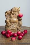 Buddha med röda äpplen arkivbilder