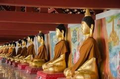 Buddha-Messing auf weißem hinterem Boden und, weißrückiges Buddha-Bild lizenzfreie stockbilder
