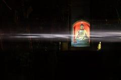 Buddha mit überschreitenem Licht Stockbilder