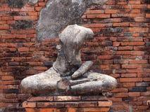 Buddha mit alter Backsteinmauer stockbild
