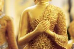 Buddha mit den Händen auf Kasten stockfotos
