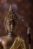 Buddha mit Duft-Steuerknüppel stockfoto