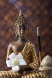 Buddha mit Duft-Steuerknüppel und Blume lizenzfreies stockbild