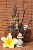 Buddha mit Duft-Steuerknüppel und Blume stockfoto