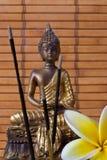 Buddha mit Duft-Steuerknüppeln und Blume stockfoto