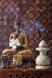 Buddha mit Duft-Steuerknüppeln und Blume lizenzfreie stockbilder