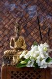 Buddha mit Duft und Blumen lizenzfreies stockfoto