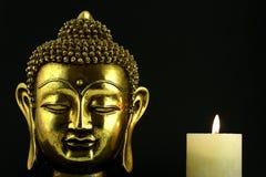 Buddha mit Kerze Stockfotos