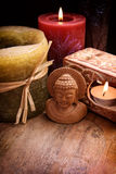 Buddha mit Kerzen Stockfotos