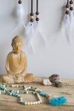 Buddha mit Mala stockfotografie