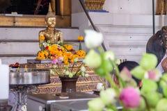Buddha mit Weihrauch, Kerzen, blüht und nahm sie zur Anbetung stockbild
