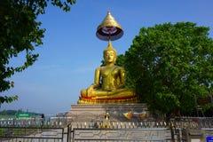 Buddha nära den Chao Phraya floden royaltyfri foto