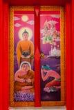 Buddha na czerwonym drzwi świątynia Fotografia Stock
