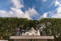 Buddha obsiadanie pod chmurnym niebem zdjęcie stock