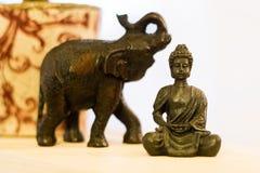 Buddha obsiadanie w lotosowej pozyci obok słonia fotografia stock