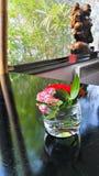 Buddha och blommor Arkivfoto