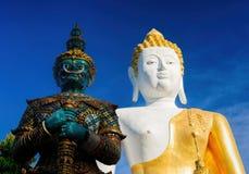 Buddha- och gräsplankrigarestatyer på Wat Doi Kham arkivbild
