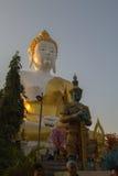 Buddha och jättar på Wat Phra That Doi Kham Chiang Mai, Thailand Royaltyfri Fotografi