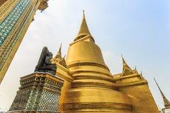 Buddha och pagod i Wat Phra Kaew Fotografering för Bildbyråer