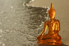 Buddha på en strand Arkivbild