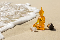 Buddha på en strand royaltyfri foto