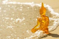 Buddha på en strand royaltyfri bild