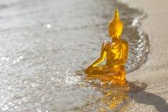 Buddha på en strand arkivfoton