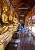Buddha på modelldetaljen av teakträguld Arkivfoton