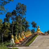 Buddha på trappan till Wat Hua Lang Northern Thailand Fotografering för Bildbyråer