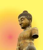 Buddha på stupabakgrund Arkivbild