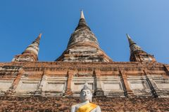 Buddha pagoda przy Watem Yai Chai Mongkhon i statua historica obrazy stock