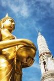 Buddha przy Wata Arun świątynią świt obrazy royalty free