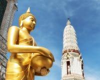 Buddha przy Wata Arun świątynią świt fotografia royalty free