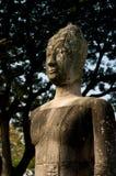 Buddha que se reclina bajo un árbol Fotos de archivo