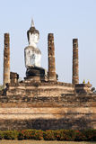Buddha que se sienta en ruinas imagen de archivo
