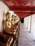 Buddha que se sienta en una fila Foto de archivo