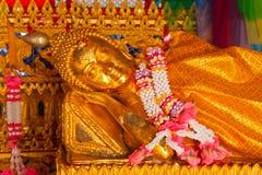 buddha reclining staty royaltyfri bild