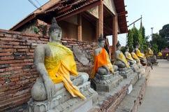 Buddha-Reihe im alten thailändischen Tempel bei Ayuthaya Thailand Stockfotografie
