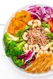 Buddha-Schüsselteller mit Hühnerleiste, Naturreis, Pfeffer, Tomate, Brokkoli, Zwiebel, Kichererbse, frischem Kopfsalatsalat, Acaj Lizenzfreies Stockfoto