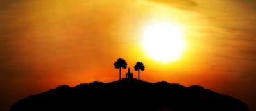 Buddha-Schattenbild auf Berg mit Sonnenuntergang backgrou Lizenzfreie Stockbilder