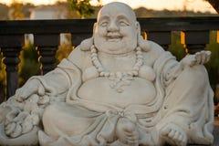 Buddha siedzi nad ławką obrazy stock
