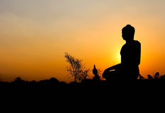buddha silhouettestaty Arkivfoton