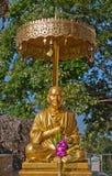 buddha sittande statyparaply Arkivbilder