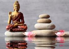 Buddha sitzt im ZEN-Garten Stockfotografie