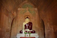 Buddha-Skulptur innerhalb der alten Pagode mit alten Malereien auf Lizenzfreies Stockbild